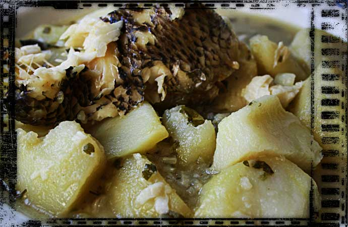 Patatas cocidas acompañadas de pescado